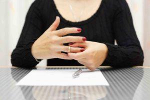 Frau nimmt Ring vom Finger