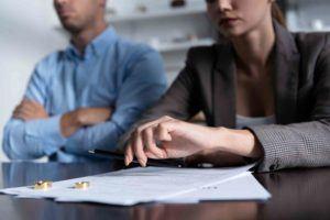 Paar sitzt beim Anwalt mit Scheidungspapiere