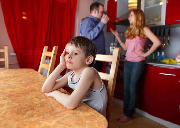 Ehepar schtreitet, währen das Kind zuhört