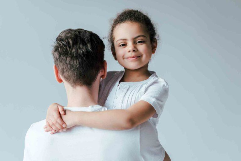 Vater hält Tochter im Arm