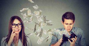 Mann zahl Geld seiner Frau
