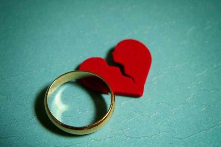 Ehering mit gebrochenem Herz