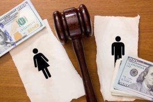 Juristenhammer trennt Mann und Frau auf Papier