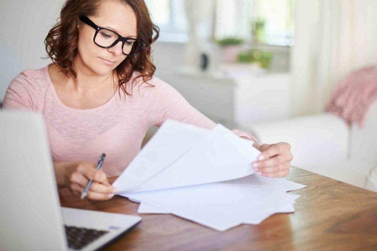 Frau unterschreibt die Scheidungspapiere