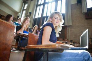 Unterhalt für Studenten - Studentin im Hörsaal