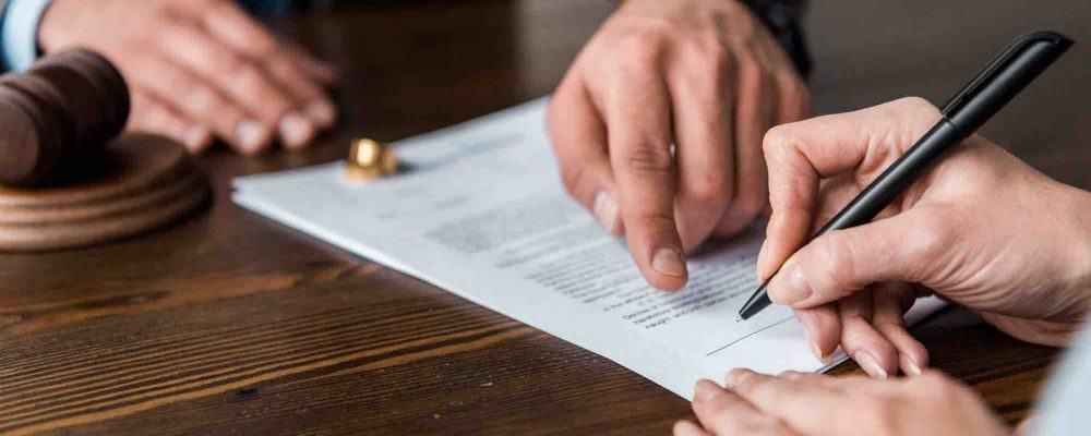 Finger zeigt auf Scheidungsvertrag