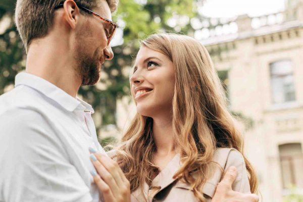 Glückliches Paar schaut sich in die Augen