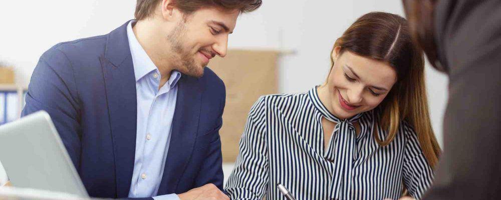 Ehepaar unterschreibt Vertrag beim Anwalt