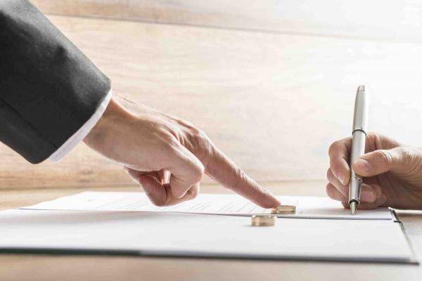 Frau unterzeichnet Ehevertrag