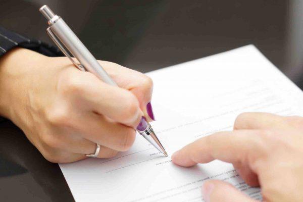 Frau unterzeichnet Scheidungsvertrag