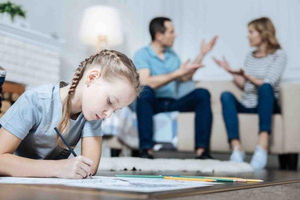 Trennungspaar streitet und Kind zeichnet am Boden