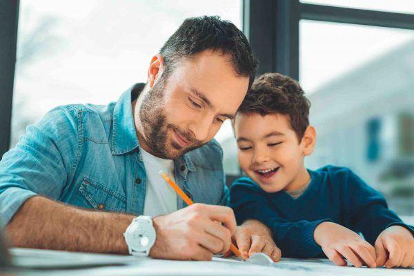 Vater zeichnet mit Kind gemeinsam