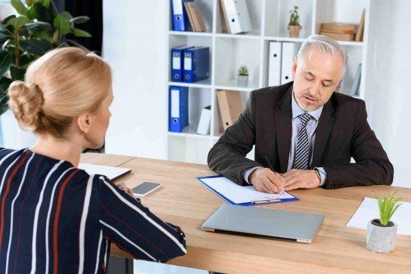 Frau berät sich beim Scheidungsanwalt
