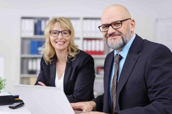 Anwälte sitzen vorm Computer