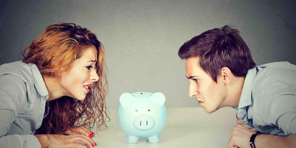 Ehepaar schaut auf Sparschwein